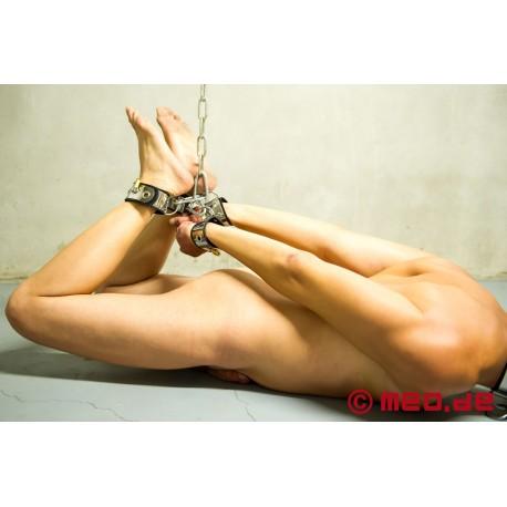 Made to play hard : attaches-chevilles de bondage