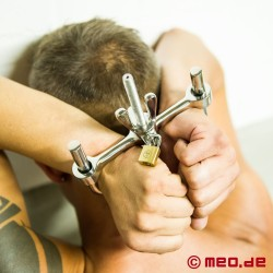 Bagno hand and hammerlock