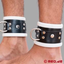 Schwarz / Weiße Bondage Fußfesseln aus Leder