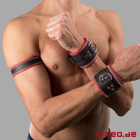 Code Z Oberarmband aus Leder in schwarz/rot